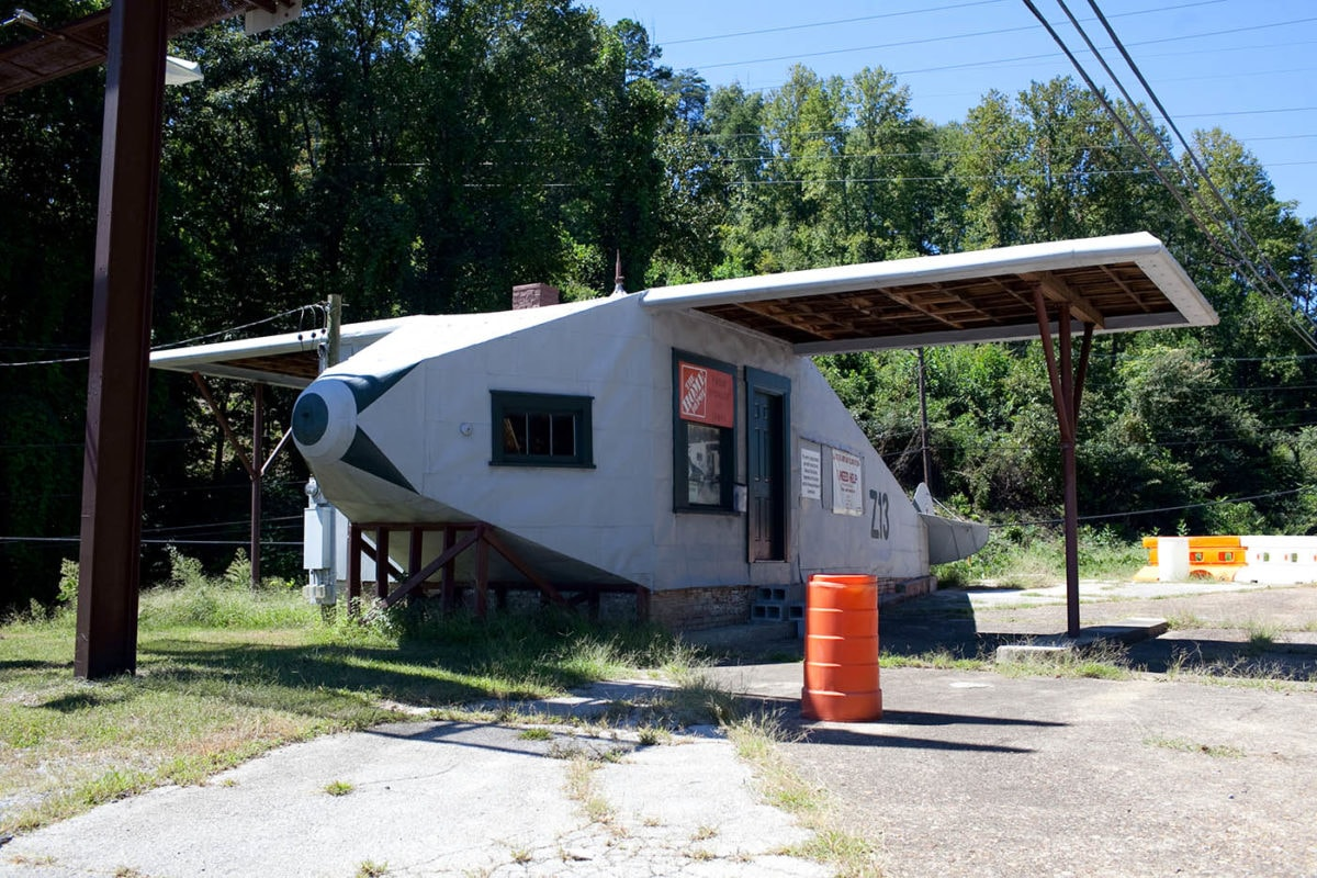 ✈️⛽ Airplane Service Station in Powell, Tennessee