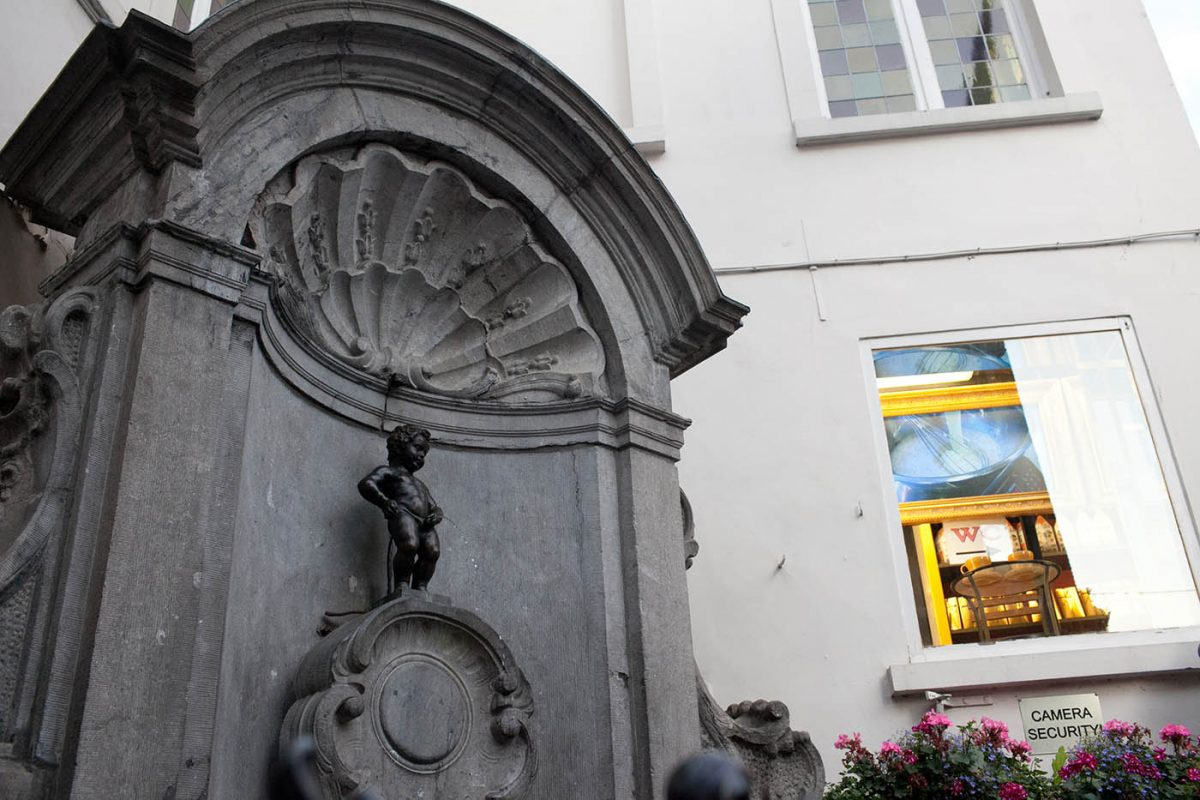 Silly Brussels - Jeanneke Pis peeing girl fountain - Silly