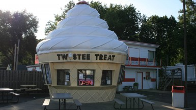 Twistee Treat in East Peoria, Illinois | The Twistee Treat franchise offers soft serve ice cream and hot dogs in giant ice cream shaped buildings across the US. Novelty Architecture + Cool Desserts