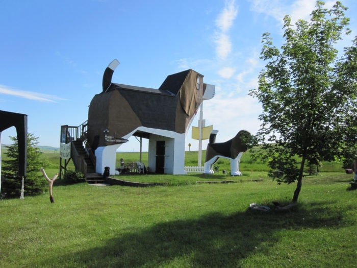 Weird roadside attractions: World's Largest Beagle: Dog Bark Park Inn in Idaho